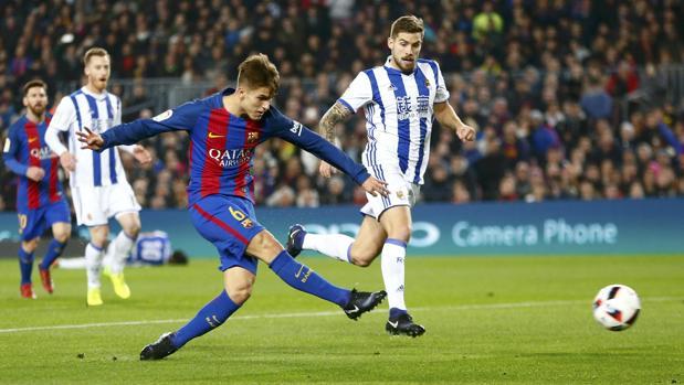 Denis Suárez dispara a portería durante el partido que el Barcelona disputó ante la Real Sociedad