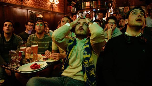 Un grupo de hicnhas italianos lamenta la eliminación de su selección