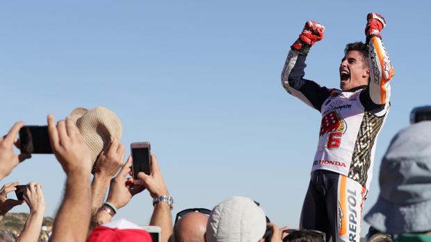 Marc Márquez celebra su cuarta corona de MotoGP, en Cheste