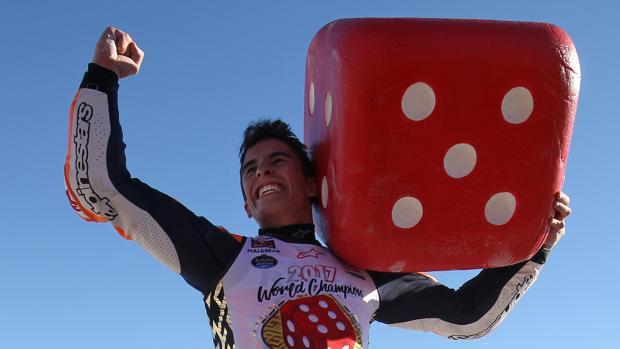 Marc Márquez celebra su título con los aficionados