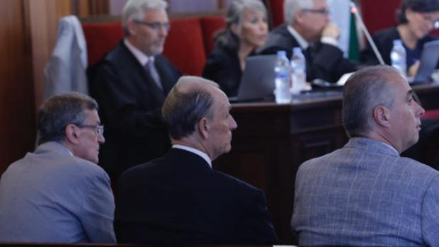 Lopera, en el banquillo, entre Guillermo Molina y Javier Páez