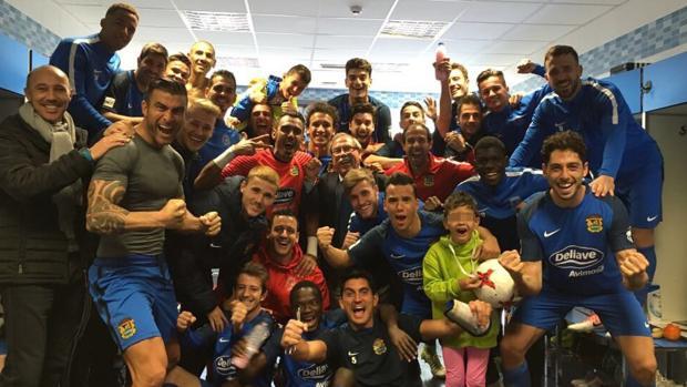La familia del Fuenlabrada en el vestuario del estadio Fernando Torres