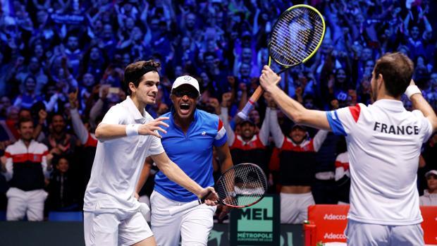 Gasquet y Herbert celebran el triunfo con Yannick Noah, capitán francés