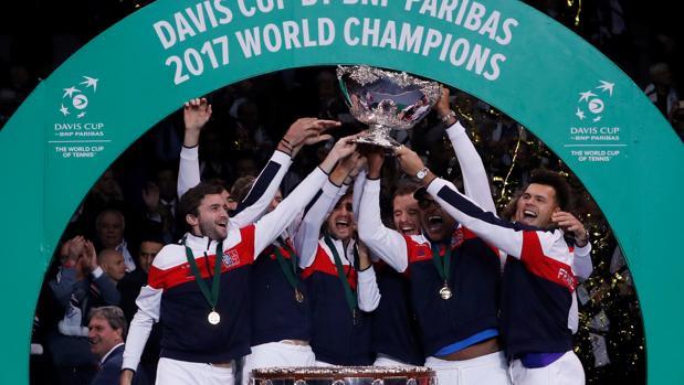Los jugadores franceses levantan la Ensaladera como campeones de la Copa Davis