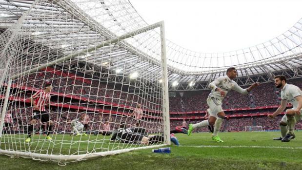 El centrocampista brasileño del Real Madrid Carlos Henrique Casimiro celebra el último de los 128 goles marcados por el Real Madrid en San Mamés en la Liga. Fue en la vigésimo octava jornada de la pasada campaña, en la que el Real Madrid se impuso por 1-2.