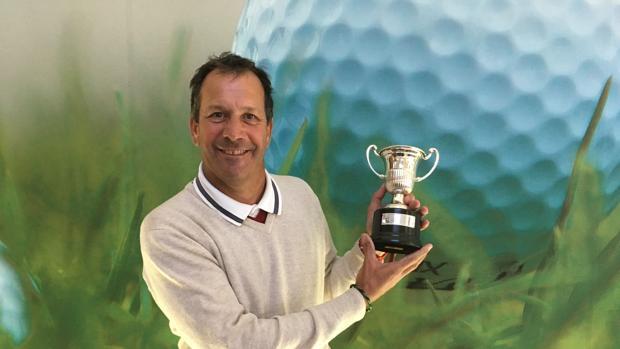 Santiago Luna posa orgulloso con el trofeo ganado en Alenda