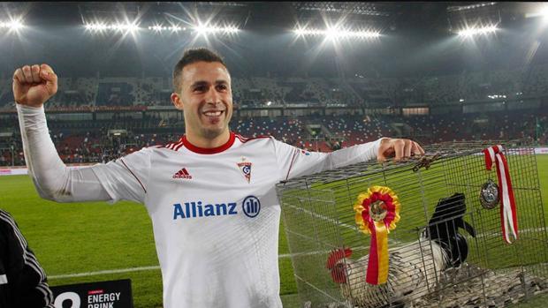 Igor Angulo, con uno de los gallos con los que el Górnik obsequia al mejor jugador de cada partido