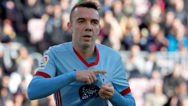 Iago Aspas se señala el escudo tras marcar el gol al Barcelona