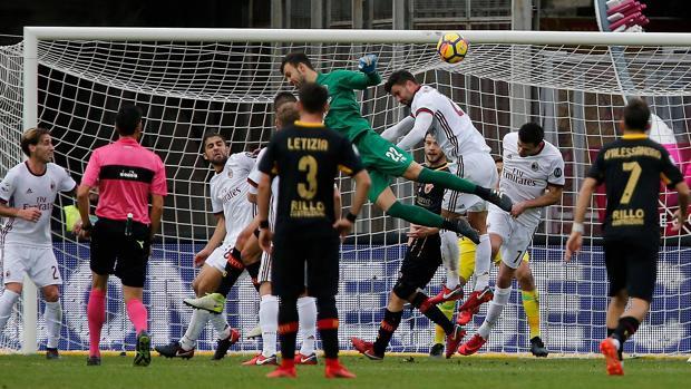 Brignoli remata a portería para hacer el empate ante el Milán