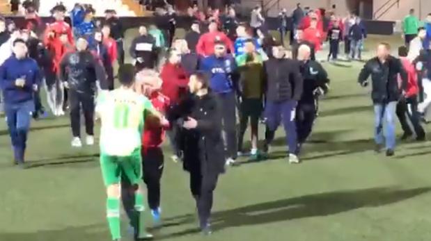 El jugador de la Gimnástica de Ceuta que lanzó la botella es perseguido por los aficionados