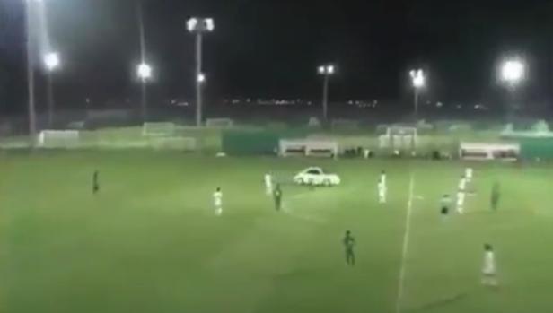 El coche en mitad del terreno de juego durante la disputa del partido