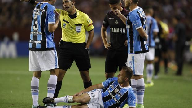 Arthur se duele en el suelo tras recibir una falta