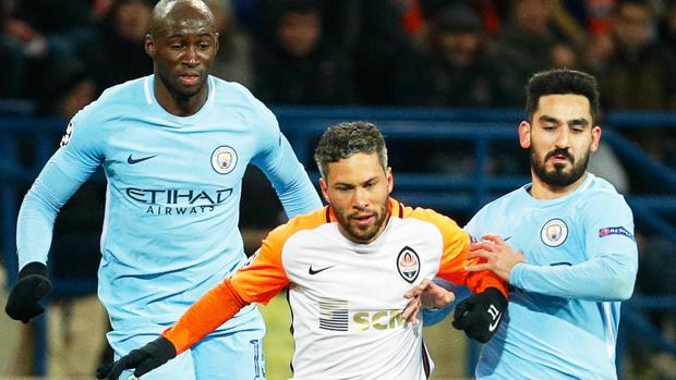 Marlos conduce la pelota escoltado por Mangala y Gündogan