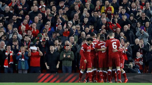 Los jugadores del Liverpool se abrazan durante el partido ante el Spartak