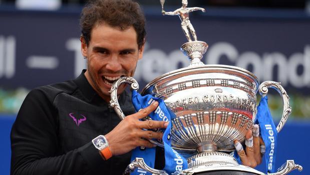 Rafael Nadal, con el trofeo Conde de Godó