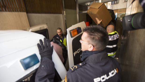 Salida de los detenidos tras el registro de su domicilio