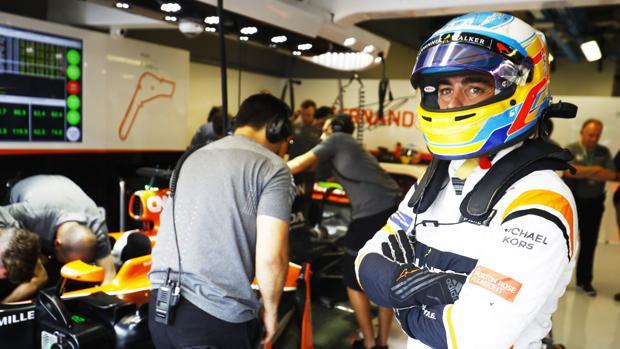 Fernando Alonso, en el garaje de McLaren