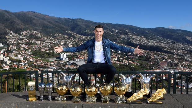 Cristiano Ronaldo, con sus trofeos individuales