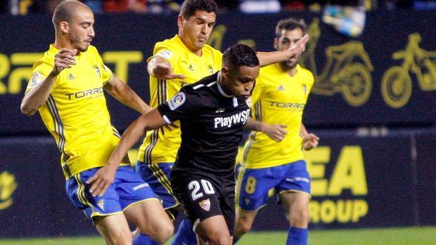 Muriel se lleva el balón entre la defensa del Cádiz
