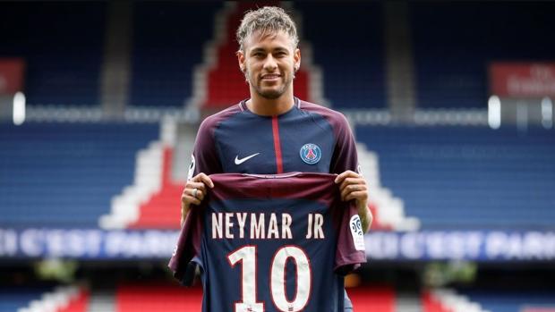 Neymar, este verano, durante su presentación con el PSG