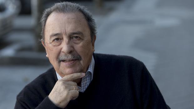 Juan de Dios Román posa para ABC en una céntrica cafetería madrileña