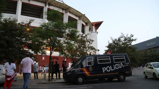 Agentes de la Policía Nacional junto al Ramón Sánchez-Pizjuán