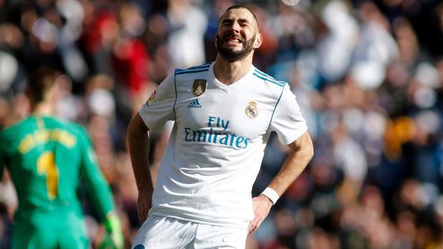 Benzema se lamenta tras desperdiciar una ocasión