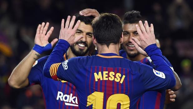 Leo Messi, Paulinho y Luis Suárez festejan un gol