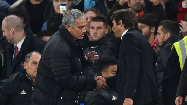 José Mourinho y Antonio Conte se dan la mano en un encuentro