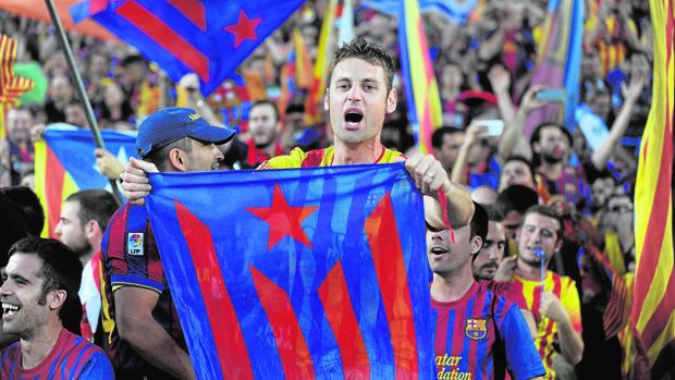 Aficionados con banderas independentistas en el Camp Nou