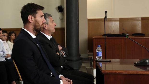 Lionel Messi y su padre, Jorge Horacio, en la Audiencia de Barcelona durante el juicio por delitos fiscales, en junio de 2016