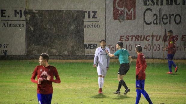 Una imagen del partido, que se disputó bajo la lluvia