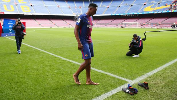 Yerry Mina salta descalzo al campo durante su presentación