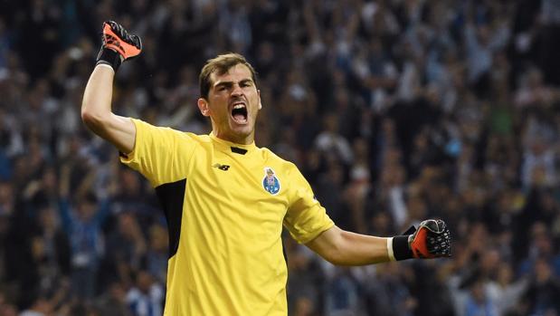 Casillas, con la camiseta del Oporto