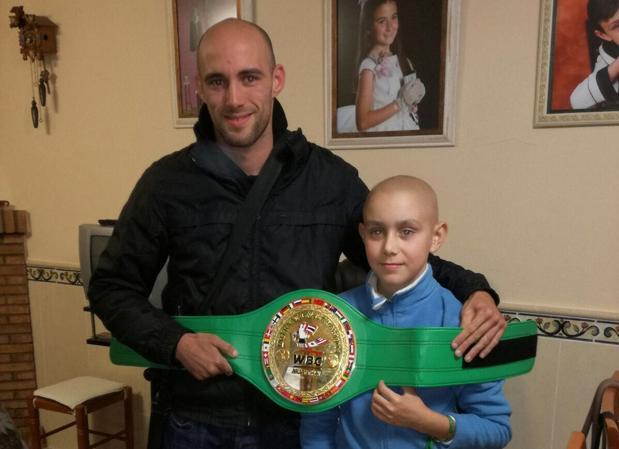 El luchador gaditano Carlos Coello regaló el cinturón internacional a José Antonio en Gibraleón (Huelva)