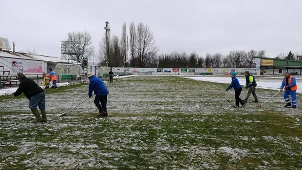 Los colaboradores del Atlético Astorga ayudan a retirar la nieve de La Eragudina