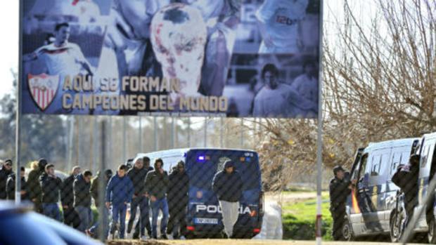 Algunos miembros de los Biris salen de la ciudad deportiva tras hablar con los jugadores