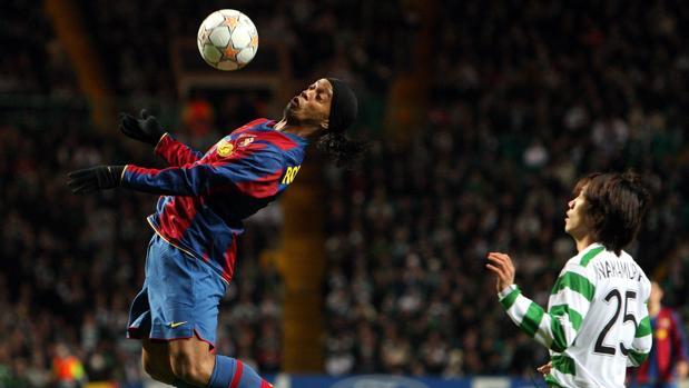 Ronaldinho controla un balón con el pecho en su etapa en el Barcelona