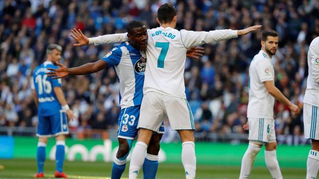 Cristiano Ronaldo y el Steve Aldo One, durante el partido