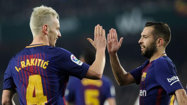 Rakitic y Jordi alba celebran uno de los cinco goles que el Barcelona le marcó al Betis