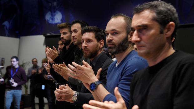 Valverde y varios jugadores durante la despedida de Mascherano