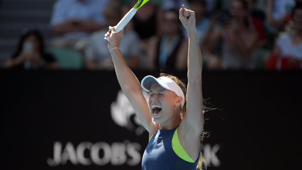 La danesa Caroline Wozniacki celebra su victoria ante la belga Elise Mertens