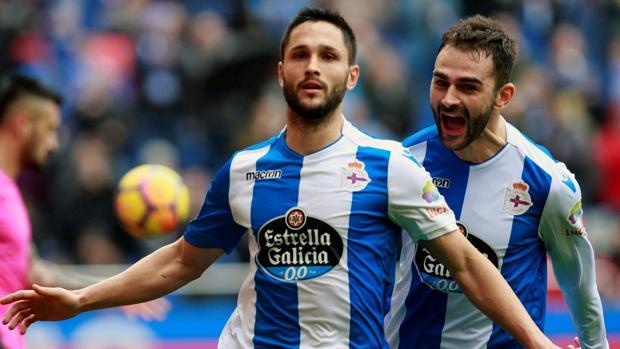 Andone y Adrián celebran un gol del Deportivo