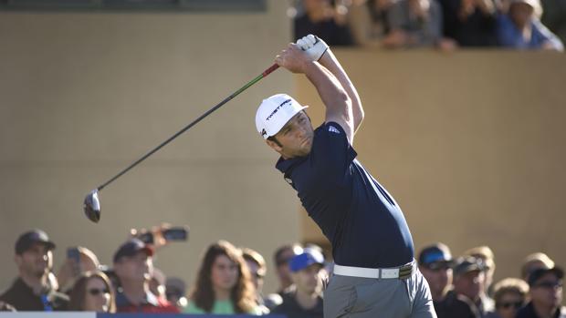 El golfista español Jon Rahm en acción durante el segundo día del torneo Farmers Insurance