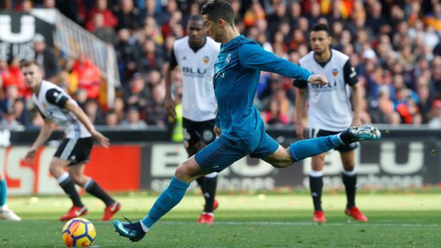 Cristiano Ronaldo dispara desde los once metros en el partido frente al Valencia