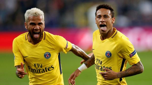 Dani Alves y Neymar festejan un gol con el PSG