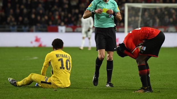 Uno de los marcadores de Neymar recibe una tarjeta amarilla