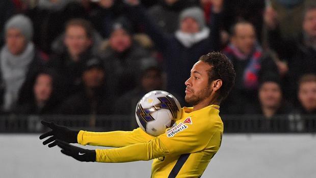 Neymar controla un balón en el partido ante el Stade de Rennes