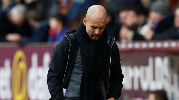 Guardiola, cabizbajo, durante el partido contra el Burnley