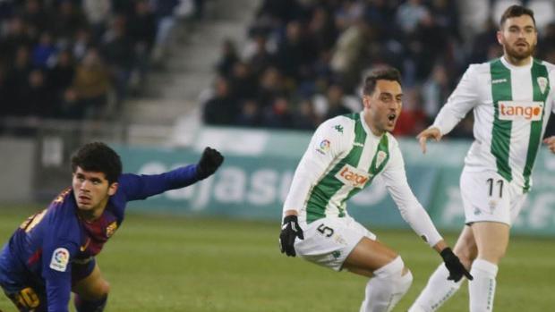 Carles Aleñá protesta una falta ante dos jugadores del Córdoba